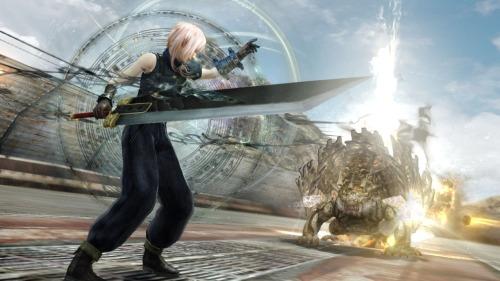 Como es de esperarse el juego cuenta con muchas combinaciones de Trajes y Armas como DLC, algunos de otros Final Fantasy donde incluso la música puede cambiar con solo usarlos
